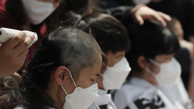Mahasiswa Korsel mencukur rambut hingga habis di depan Kedubes Jepang sebagai protes atas keputusan Negeri Sakura membuang limbah dari fasilitas nuklir ke laut.
