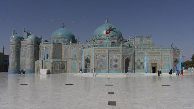 Legenda mengatakan bahwa noda di badan burung merpati akan hilang dengan sendirinya saat ia saat hinggap di masjid berwarna biru ini.