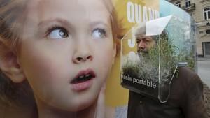 FOTO: Menikmati Oasis dalam Masker Buatan Seniman Belgia