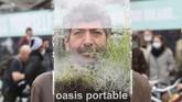 Seniman asal Belgia, Alain Verschueren, menciptakan masker unik berupa rumah kaca mini yang ia namakan oasis portable.