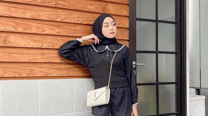 5 Inspirasi Black Outfit Hijab Elegan untuk Bulan Ramadan, Steal the Look!