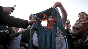 FOTO: Suporter Bakar Kostum Liverpool Protes Super League