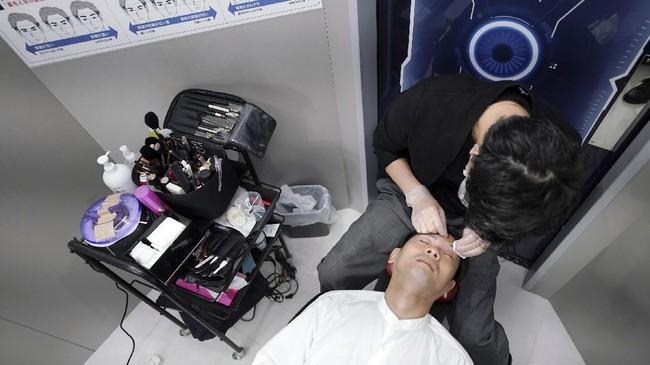 Di Jepang, tren make up untuk pria makin menjamur. Ya, untuk pria, bukan untuk wanita.