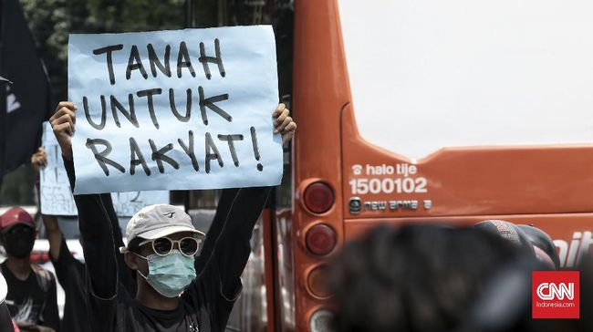 Seorang ahli waris yang mempertahankan tanah di Pancoran, Jakarta Selatan, dijadikan tersangka bersama 17 orang lainnya.