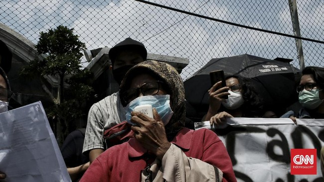 Forum Pancoran berunjuk rasa di depan pengadilan negeri Jakarta Selatan, menolak penggusuran paksa yang dilakukan PT. Pertamina Training Consulting.