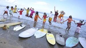 FOTO: Perempuan Indonesia Berkebaya Sambut Hari Kartini