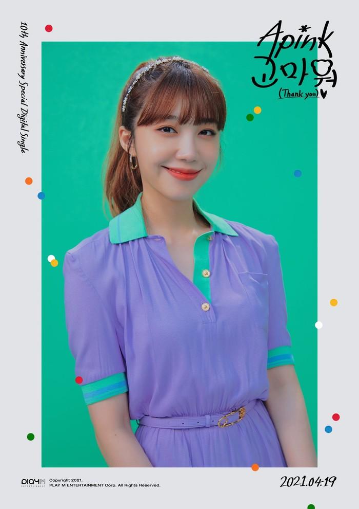 Konsep cerah kali ini sangatlah cocok dengan sang main vocal yakni Eunji. Member yang terkenal dengan eyes smile ini tampil fresh dalam balutan blouse berwarna ungu dan sentuhan tosca pada bagian lengan. Lengkap dengan makeup flawless. (Foto: Twitter.com/Apink_2011)