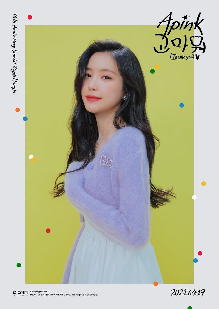 Cardigan lilac berbahan bulu dipadukan dengan rok putih nampaknya sangat cocok digunakan oleh Naeun. Rambut hitam bergelombang dibiarkan tergerai membuat visual Apink ini semakin cantik! (Foto: Twitter.com/Apink_2011)