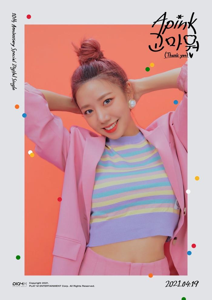 Meskipun dikenal tomboy, Namjoo Apink berhasil membuat penggemar pangling dengan penampilan yang super colourful. Blazzer pink serta croptop belang berwarna membuatnya semakin terlihat girly! Makin cantik dengan bun hair! (Foto: Twitter.com/Apink_2011)