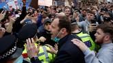 Ratusan suporter memprotes keikutsertaan Chelsea di European Super League dengan cara mengadang bus tim lewat jelang melawan Brighton.