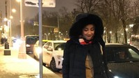 <p>Tak hanya tampil chic memakai outfit berwarna <em>soft.</em> Penampilan Desy dengan <em>trench coat </em>warna hitam membuatnya terlihat sangat <em>edgy.</em> (Foto: Instagram @desyratnasariterdepan).</p>