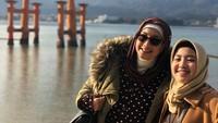 <p>Desy Ratnasari juga kerap tampil kompak bersama sang putri yang bernama Nasywa. Mereka tampil modis ketika berlibur di Jepang. Keduanya tampil kompak memakai <em>winter outfit</em> bernuansa <em>earthy tone</em>. (Foto: Instagram @desyratnasariterdepan).</p>