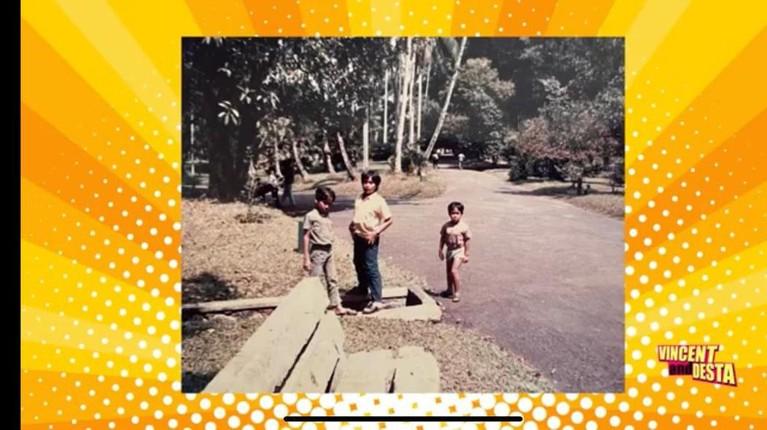 Pada tayangan terbaru konten YouTube kanal Vincent dan Desta menampilkan foto-foto lawas keluarga Desta. Yuk kita intip!