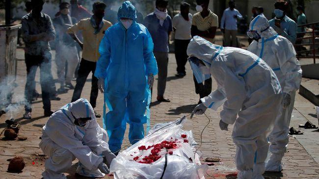 Puluhan jasad yang diduga merupakan pasien Covid-19 ditemukan di Sungai Gangga, India, pada Senin (10/5).
