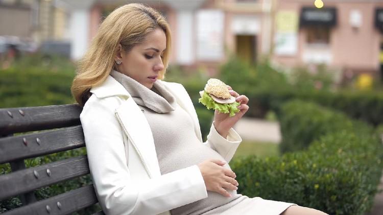Ibu hamil makan