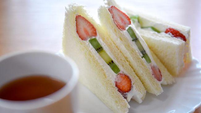 Sandwich buah ini juga dapat dijadikan makanan bekal darurat bagi Anda yang sedang dalam perjalanan atau tidak punya waktu memasak takjil untuk buka puasa.