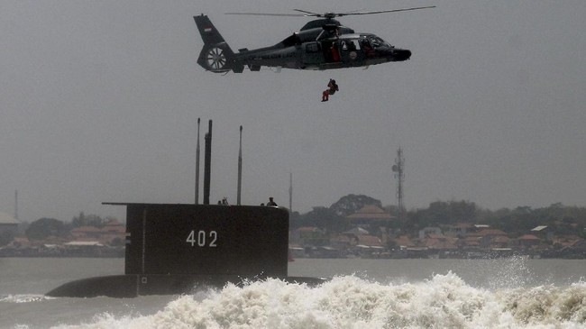 Ada 53 awak masih berada di Kapal Selam KRI Nanggala-402 yang diduga tenggelam setelah hilang kontak saat melakukan latihan di perairan Bali.