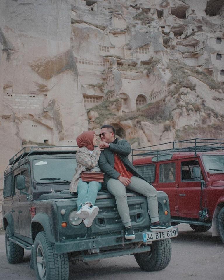 Kesha Ratuliu dan Adhi Permana baru saja pergi bulan madu ke tiga destinasi. Yuk kita intip momen romantisnya mereka!