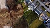 Tebing di pantai Nefyn, Wales, Inggris, longsor ke laut dan membahayakan penduduk setempat.