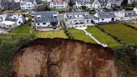 FOTO: Tebing Longsor di Pantai Tersembunyi Wales