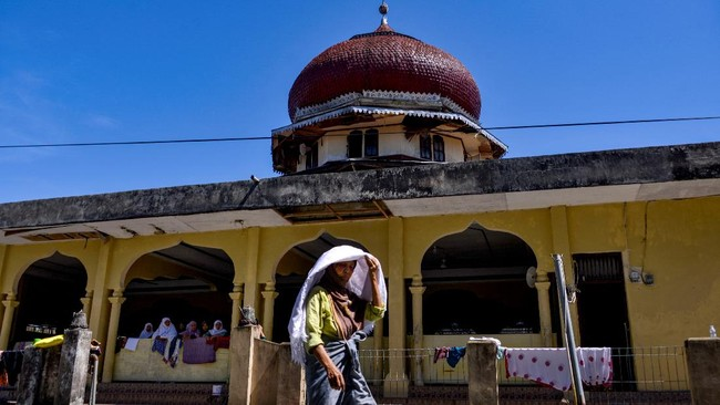 Saban Ramadan, sebagian umat Islam di Aceh melakukan tradisi suluk. Tradisi ini biasanya dilakukan dengan berzikir tanpa henti.