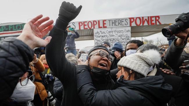 Warga AS meluapkan kegembiraan setelah hakim menjatuhkan vonis bersalah kepada Derek Chauvin, anggota polisi Minneapolis atas pembunuhan George Floyd.