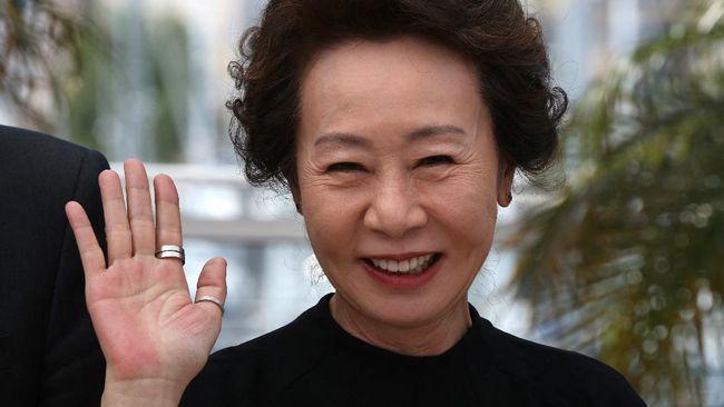 Aktris senior Youn Yuh-jung yang jadi nenek dalam Minari diprediksi membawa pulang piala Aktris Pendukung Terbaik dalam Oscar 2021.