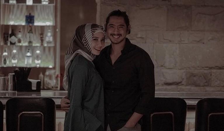 Banyak fans baper melihat akting Arya Saloka di sinetron hingga didoakan cerai dengan sang istri. Yuk kita intip keharmonisan rumah tangga mereka!