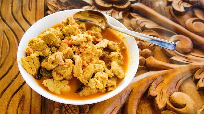Jangan cuma mengolah ayam jadi ayam goreng atau ayam tepung saja. Jika ingin yang lebih spesial, Anda bisa membuat kari ayam ala Bali dengan cara yang mudah.