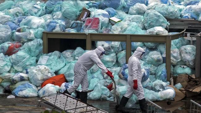 Jumlah sampah masker, sarung tangan dan pakaian pelindung diri melonjak selama masa pandemi. Berpotensi memicu pencemaran lingkungan.