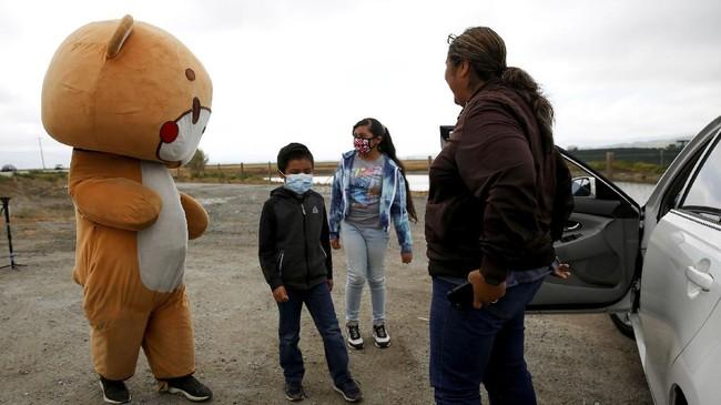Seorang pria asal Los Angeles berjalan kaki menuju San Francisco sembari mengenakan kostum beruang untuk acara penggalangan dana.