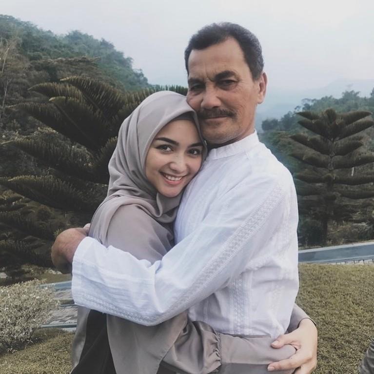 Ayahanda Citra Kirana, Iwan Siregar meninggal dunia pada Rabu (21/4) pukul 19.00 Wib. Yuk kita kenang lagi momen kedekatan Citra dan ayahnya!