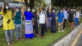 Aksi Biru Rakyat Myanmar Desak Junta Militer Bebaskan Tahanan