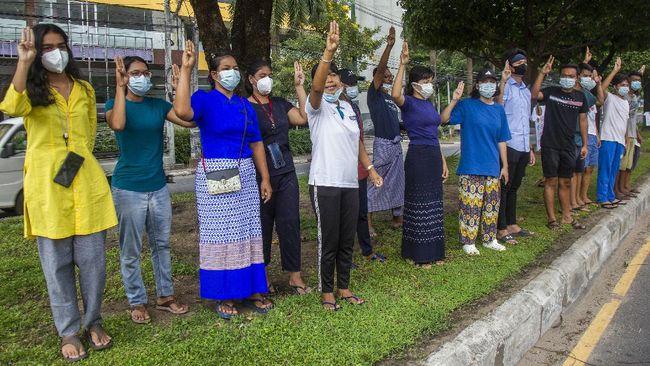 Para aktivis anti kudeta Myanmar menggelar protes dengan mengenakan baju biru untuk menyerukan pembebasan orang-orang yang ditahan junta militer.