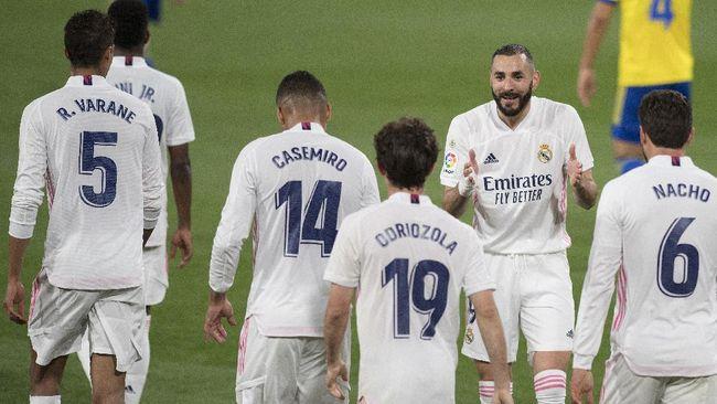 Real Madrid berhasil menggeser Atletico Madrid dari posisi puncak klasemen Liga Spanyol usai menang 3-0 atas Cadiz.