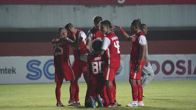 Strategi aneh Persija Jakarta saat melawan Persib Bandung berbuah manis pada laga leg pertama final Piala Menpora 2021, Kamis (22/4).