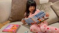 <p>Cucu keempat Susilo Bambang Yudhoyono (SBY) ini merupakan anak yang aktif lho. Ia sering menghabiskan waktu dengan aktivitas seru, seperti membaca. (Foto: Instagram @ruby_26)</p>