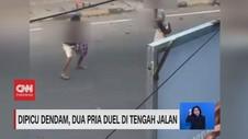 VIDEO: Dipicu Dendam, Dua Pria Duel di Tengah Jalan