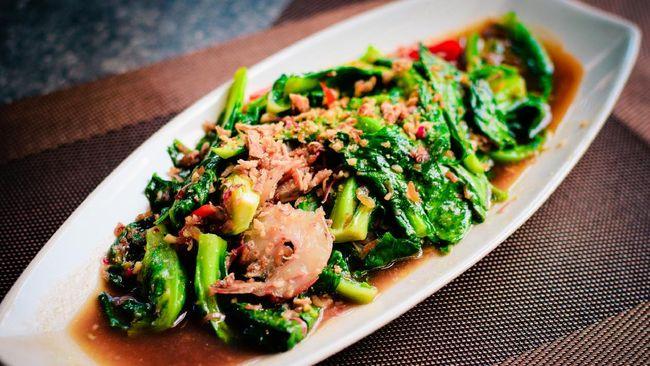 Anda bisa mencoba memadukan udang dan sayur kailan untuk menu sahur di bulan Ramadan. Berikut resep praktis udang cah kailan.
