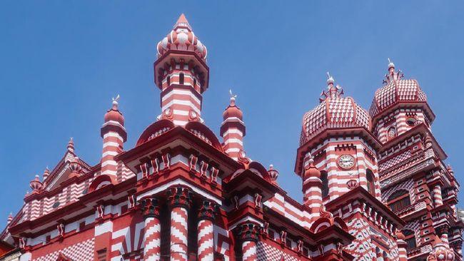 Masjid Jami Ul-Alfar yang berwarna merah dan putih ialah salah satu masjid terbesar di Sri Lanka.