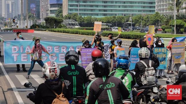 Aksi Joget Jagat: Diam Berarti Tenggelam di beberapa kota di Indonesia mengingatkan anak muda Indonesia bahwa pemerintah abai dan lambat atasi krisis iklim.