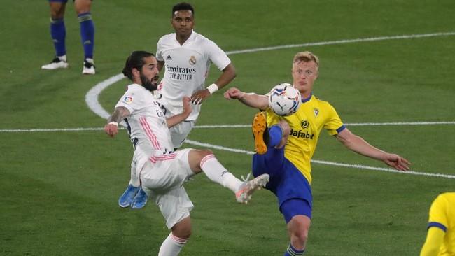 Striker Karim Benzema jadi bintang kemenangan 3-0 Real Madrid atas Cadiz. Hasil itu membawa Madrid ke puncak klasemen Liga Spanyol.