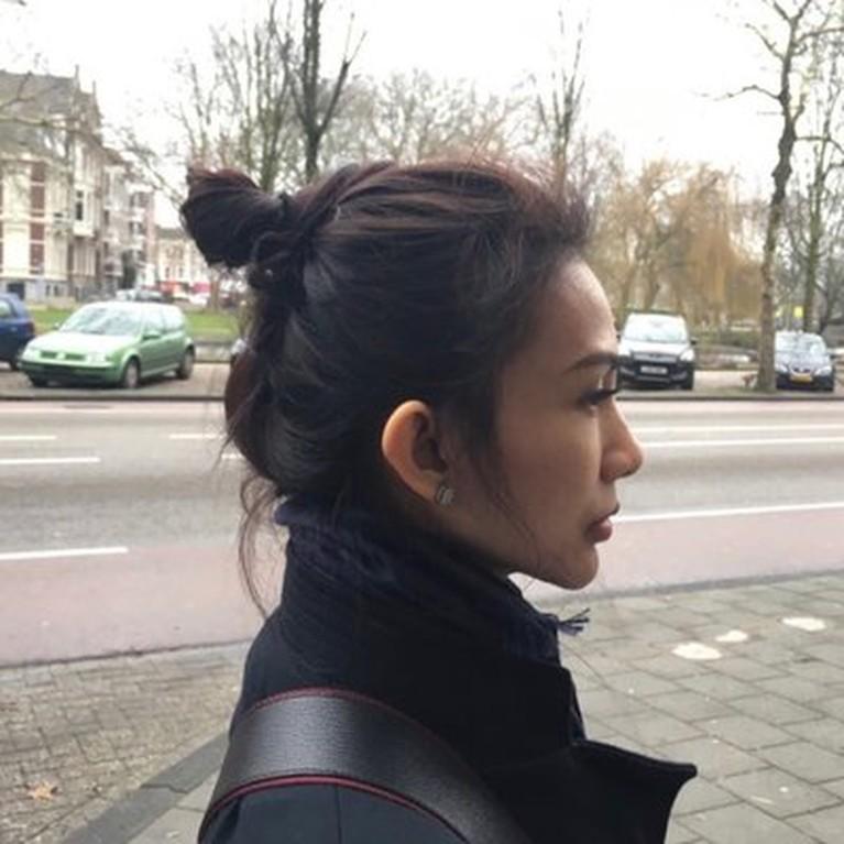 Bambang Pamungkas disebut punya istri siri bernama Amalia Fujilawati. Yuk kita lihat perbedaan gaya Tribuana Tungga Dewi dengan Amalia Fujiawati!