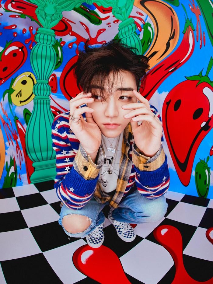 Berpose cool di depan camera dengan setelan outfit jeans dan kemeja warna biru. Penampilannya membuat wajah Jaemin semakin tampan dan menggemaskan. Setuju kan? (Foto:Twitter.com/nctsmtown_dream)