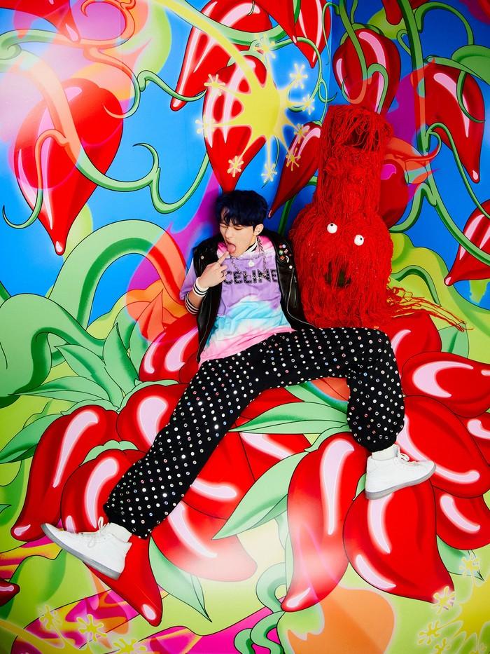 Dirindukan oleh penggemar, Mark akhirnya berpartisipasi kembali bersama NCT Dream. Leader yang satu ini tampil fancy mengenakan celana bertabur stub bling-bling cerah. (Foto:Twitter.com/nctsmtown_dream)