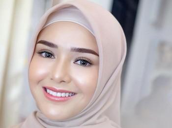 PAda foto terakhir mantan Billy Syahputra ini tampak memesona dengan makeup flawless. Polesan makeup itu merupakan tangan ajaib MUA Vuva. Dengan sentuhan lip warna pink dan highlighter menjadikan Amanda terlihat cantik dalam balutan hijab. (Foto: instagram.com/vuvamua/)
