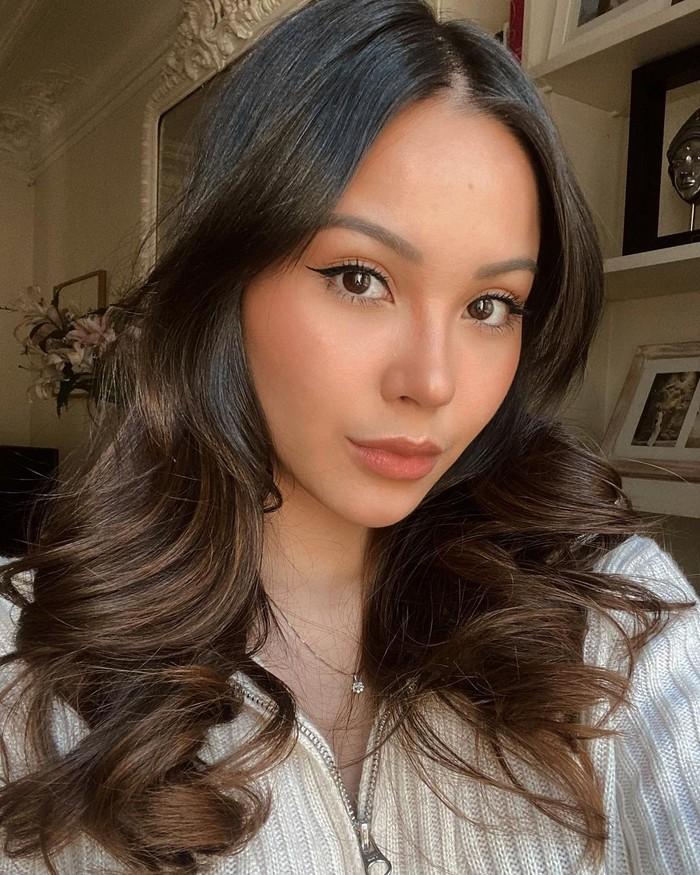 Kekasih Al Ghazali, Alyssa Daguise juga blasteran Indo-Prancis. Keturunan Prancis tersebut ia dapatkan dari ayahnya, sementara sang ibu asli Indonesia. Tidak heran jika pesona wajahnya yang mirip bule selalu memikat. (Foto:instagram.com/alyssadaguise)