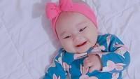 <p>Banyak netizen dibuat terpikat dengan bayi mungil berparascantik itu. Aycil kerap didandani memakai bandana warna-warni yang membuatnya semakin mirip boneka hidup!(Foto: Instagram @poncikduzenli)</p>