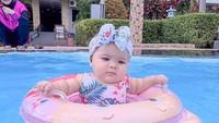 <p>Gaya Aycil ketika berenang juga tak kalah modis, nih. Ia memakai baju renang bermotif tropis, lengkap dengan bandana bercorak senada. (Foto: Instagram @poncikduzenli)</p>
