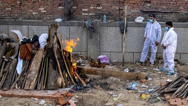 India terpaksa menggelar kremasi massal karena krematorium mulai kewalahan di tengah peningkatan kasus kematian akibat Covid-19 di India.